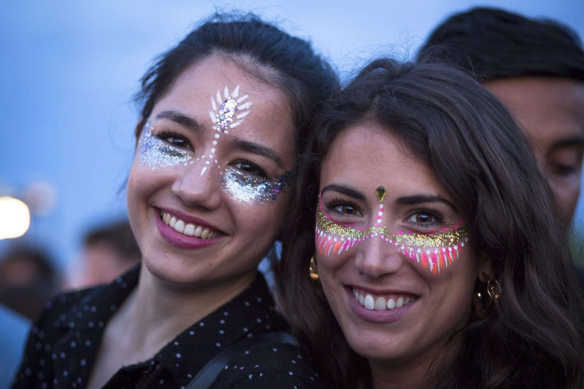 Maquillage à paillettes pour soirées et évènements